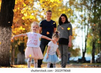 Bleiche fällt im Park. Kinder für einen Spaziergang im Herbstpark. Familie. Herbst. Glück.