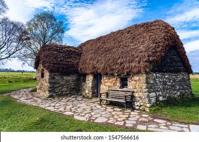 Leanach Cottage wird auf dem Schlachtfeld von Colluden in der Nähe von Inverness, Schottland, aufbewahrt. Die Stein- und Strohdächerstruktur wurde wahrscheinlich in den 1700er Jahren erbaut und 1746 während der Schlacht benutzt.