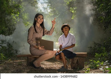 Learning of students and teachers outside the classroom with green and beautiful nature is a learning experience that enhances students' experiences, educational concepts, teachers and students.