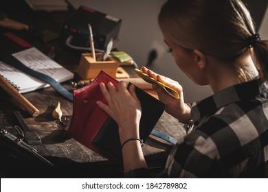 Lederhandwerker bei der Arbeit in einer Vintage-Werkstatt. Konzept für kleine Unternehmen.