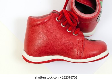 Leather shoes with stitches for children
