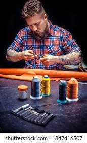 Leather Skinner produziert ein Lederwerk in seinem Arbeitsbereich