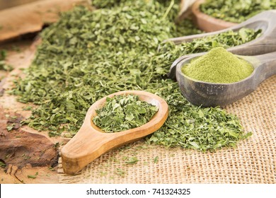 Leaves and moringa powder (Moringa oleifera)