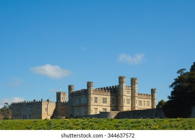 Leeds Castle from West embankment with title space.