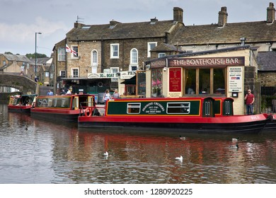 LEEDS AND LIVERPOOL CANAL. SKIPTON, NORTH YORKSHIRE, UK. 31st MAY 2018. A bright day and colourful holiday barges gather at moorings in the town centre surrounded by shops and cafes