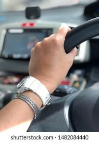 Left hand hold steering wheel
