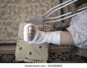 Gips krücken gebrochen bein Prinzessin Estelle