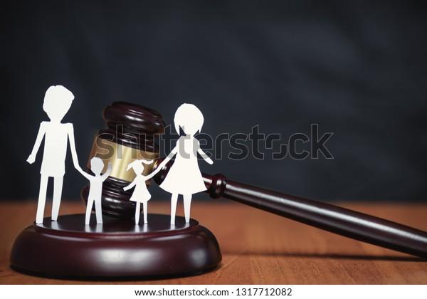 Kinder im Rechtsbereich. Sektion von Kindern während einer Scheidung. Kinderrechtszone. Familienrecht, der Begriff des Familienrechts vor Gericht. Gericht und die Rechte der Familie und der Kinder.