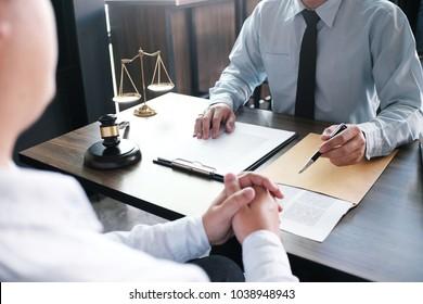 Rechtsberater legt dem Kunden einen unterzeichneten Vertrag mit Haftungsausschluss und Rechtsrecht vor. Rechtsauffassung