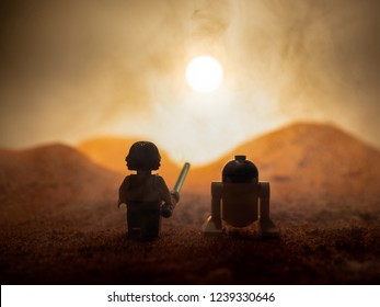 Lego star wars. Luke skywalker and R2D2 enjoys a beautiful sunset on the planet Tatooine.