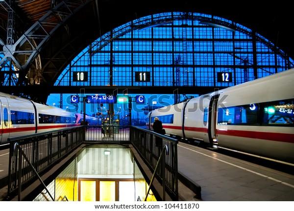 Abends Bahnhof Leipzig mit zwei Hochgeschwindigkeitszügen abfahren