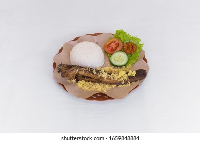 Lele Goreng Kremes. Is a very popular cuisine among the people of Indonesia. This cuisine is easily found everywhere, both in roadside stalls to restaurants and star-rated hotels.