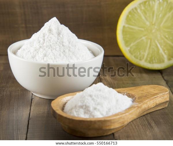 Zitrone und Backsoda auf Holztisch