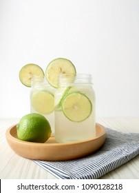 lemonade with sliced lemon