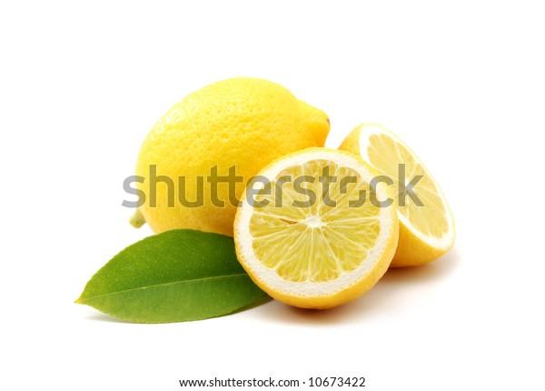 Zitronen einzeln auf Weiß