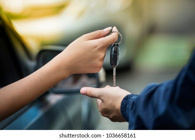 Lender making deal with car salesman . Used cars cheaper than new cars. But to buy a used car.it must be thoroughly examined. Before lender signing deal leasing, the contract must be cautious.