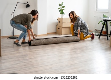 Lesbian couple Carry a carpet