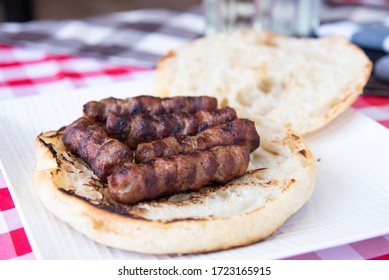 Leskovacki cevapi u lepinji - Grilled beef links served in homemade bun