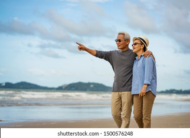 Life after retirement.Elderly life insurance.The old couple side by side until the old man.The elderly couple walk hand in hand on the beach to relax after long work