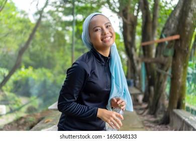 Concept de mode de vie, Portrait d'une musulmane malaise portant le hijab en plein air