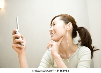 LIFESTYLE IMAGE-a woman listening music