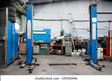 Lift in a car repair station