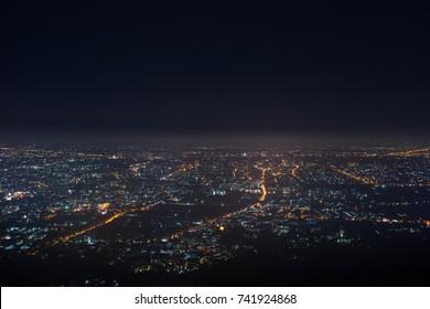 hellbokeh-Stadtlandschaft am Nachthimmel mit vielen Sternen, unscharfer Hintergrund