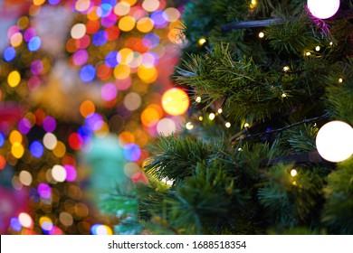 美しいボケ背景にクリスマスツリーの電球