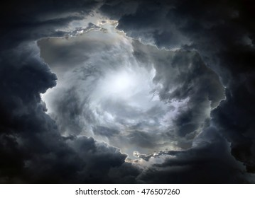 Licht in dunklen und dramatischen Sturmwolken