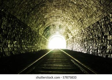 Licht am Ende des Eisenbahntunnels. Natürliche Beleuchtung.