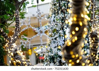 Light Giant Popsicle Stick Snowflakes / Focus Snowflakes