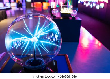 Lightning from the energy of the plasma ball is displayed in the science museum. Waiting to educate children and interested people