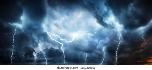 Un fulmine temporale lampeggia sopra il cielo notturno. Concetto su tematica meteo, cataclismi (uragano, tifone, tornado, tempesta)