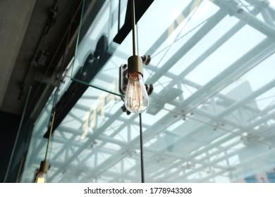 카페에서 볼 수 있는 전등.