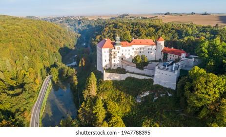 "Limestone cliff Pieskowa Skala near Krakow, Poland, with isolated rock ""Maczuga Herkuklesa"" Hercules's mace (Hercules cudgel or bludgeon) and historic Renaissance castle - Shutterstock ID 1947788395"