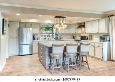 Linge de maison, beige, chêne clair, salle à manger et cuisine intérieure luxueuse au décor rustique et moderne.