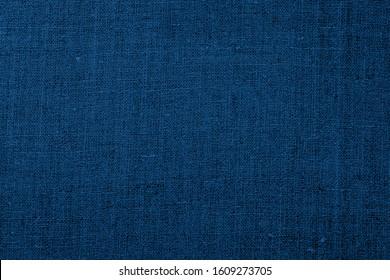 Leinentücher, blauer strukturierter Hintergrund. Falten Linenblauer Stoff. Klassisch blauer Farbverlauf 2020 Jahr.