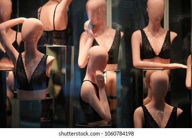 Lingerie mannequines in a showwindow