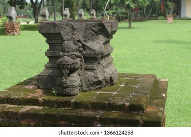 Linggo Yoni or Batu Lumpang, Yoni in the era of Majapahit Kingdom had a difference compared to the previous era, namely on the body of Yoni which had ornaments and dragons as in Yoni Klinterejo.