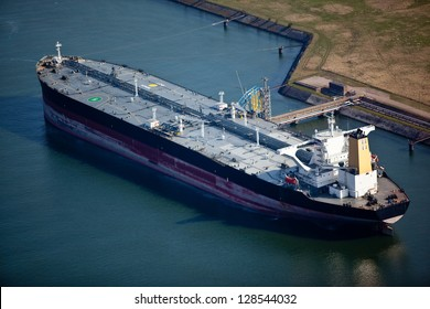 Liquid bulk oil tanker