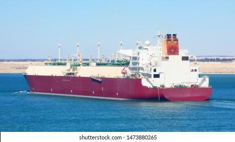 Liquified natural gas tanker crossing suez channel. Buque transportando gas natural licuado cruzando el canal de suez