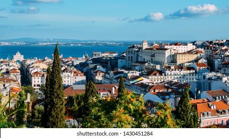 Lisbonne, Portugal vue sur le centre ville de Baixa. Les points d'intérêt visibles sont les suivants : Arc de triomphe Rua Augusta, Rossio, ascenseur Santa Justa et Chiado avec la rivière Tage sur fond