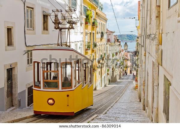 Die 1885 eröffnete Standseilbahn Gloria von Lissabon, die als nationales Denkmal klassifiziert wurde, befindet sich auf der Westseite der Avenida da Liberdade und verbindet das Stadtzentrum mit dem Bairro Alto.