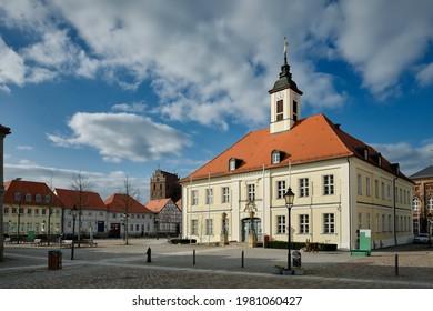 """Marktplatz mit historischem Rathaus in der Altstadt von Angermuende. Im Hintergrund die Pfarrkirche """"St. Marien"""""""