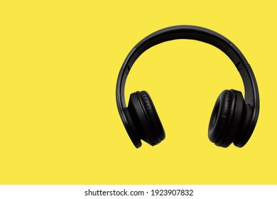Listening to music, social networks leads to relaxation. Chat with the Clubhouse app using wireless headphones.