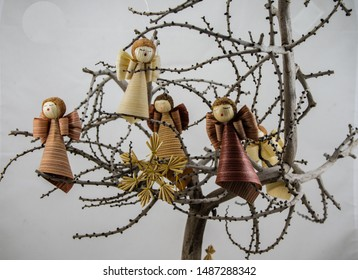 Little angels made of corn husks used in Christmas ornaments. Craft