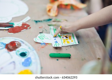 The little baby draws a painting dinosaur