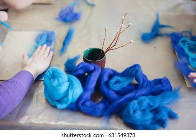 The little baby makes a woolen painting