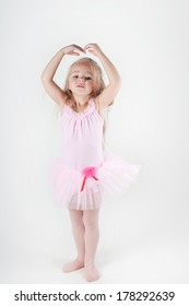Little ballet dancer in pink doing pas