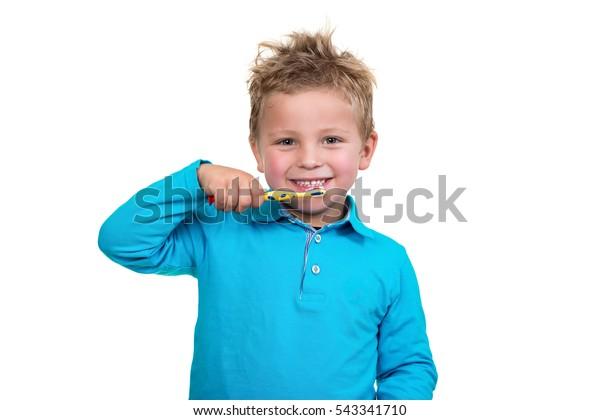 Little Boy bürstet Zähne auf weißem Hintergrund
